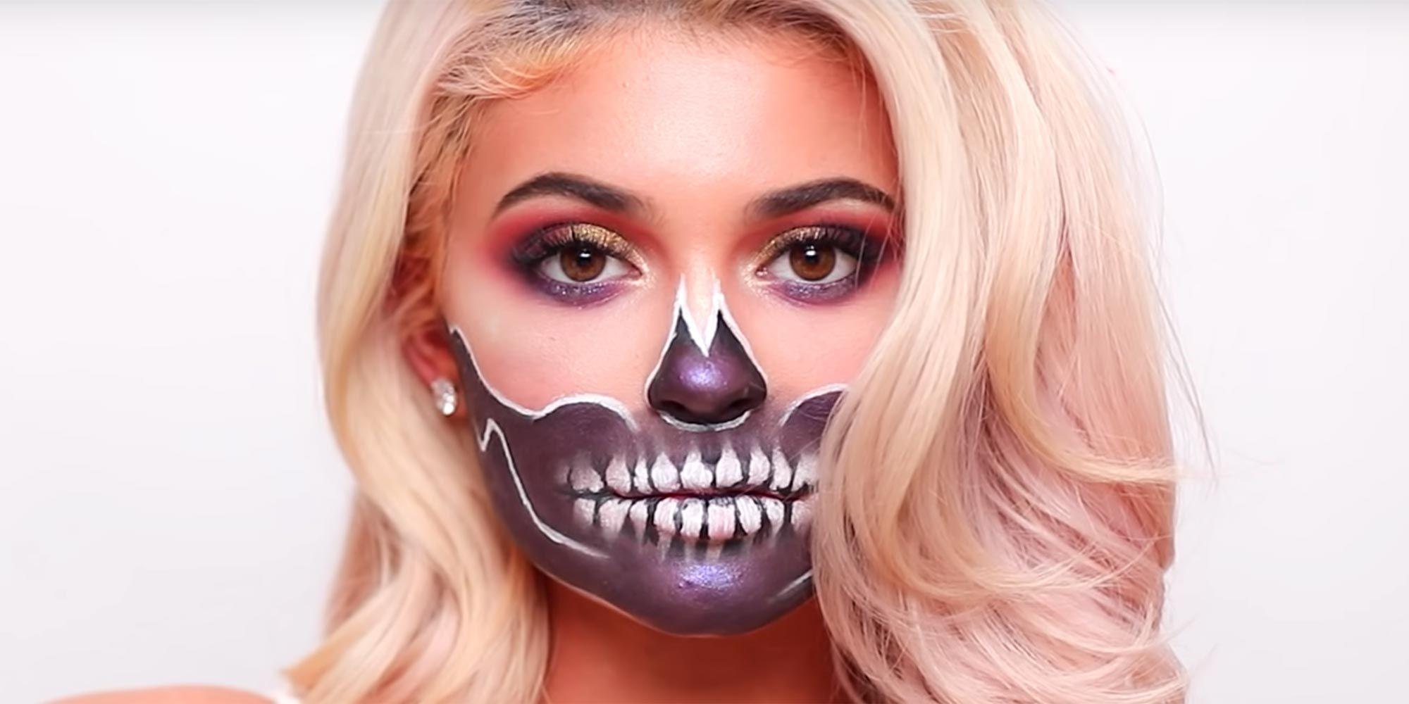 Suivez les courbes de vos orbites et balayez la peinture blanche pour le visage vers la moitié inférieure de votre visage (lèvres incluses).