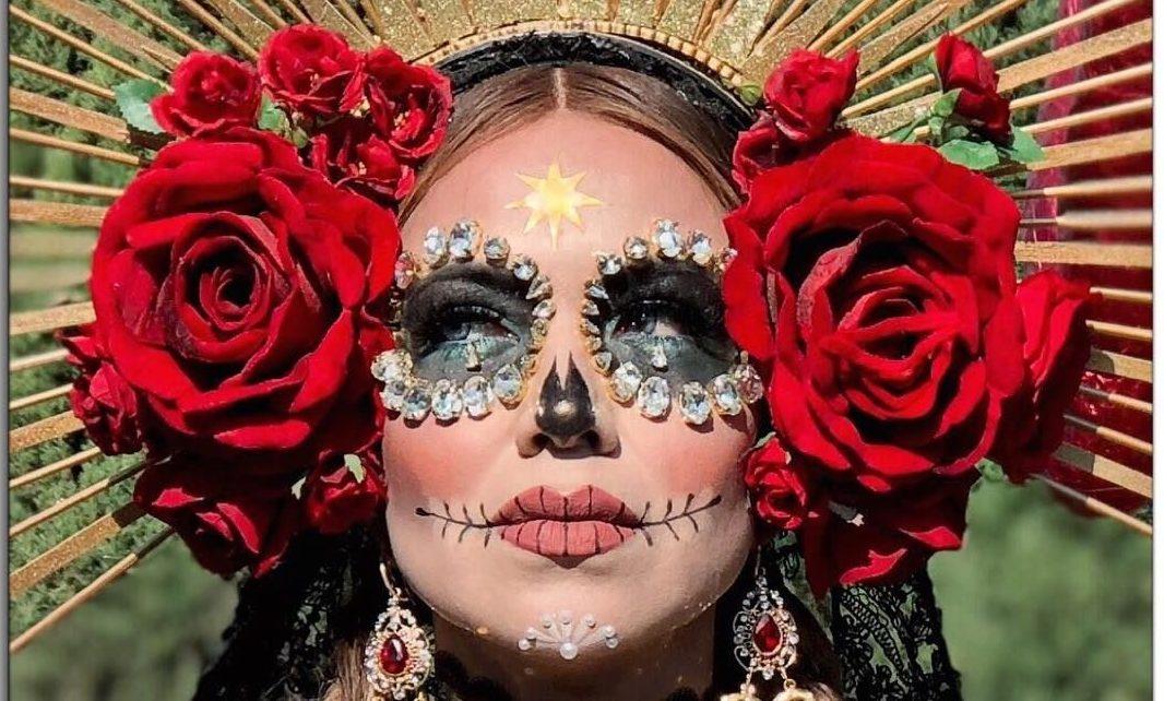 Maquillage '' tête de mort '' avec des pierres précieuses adhésives.