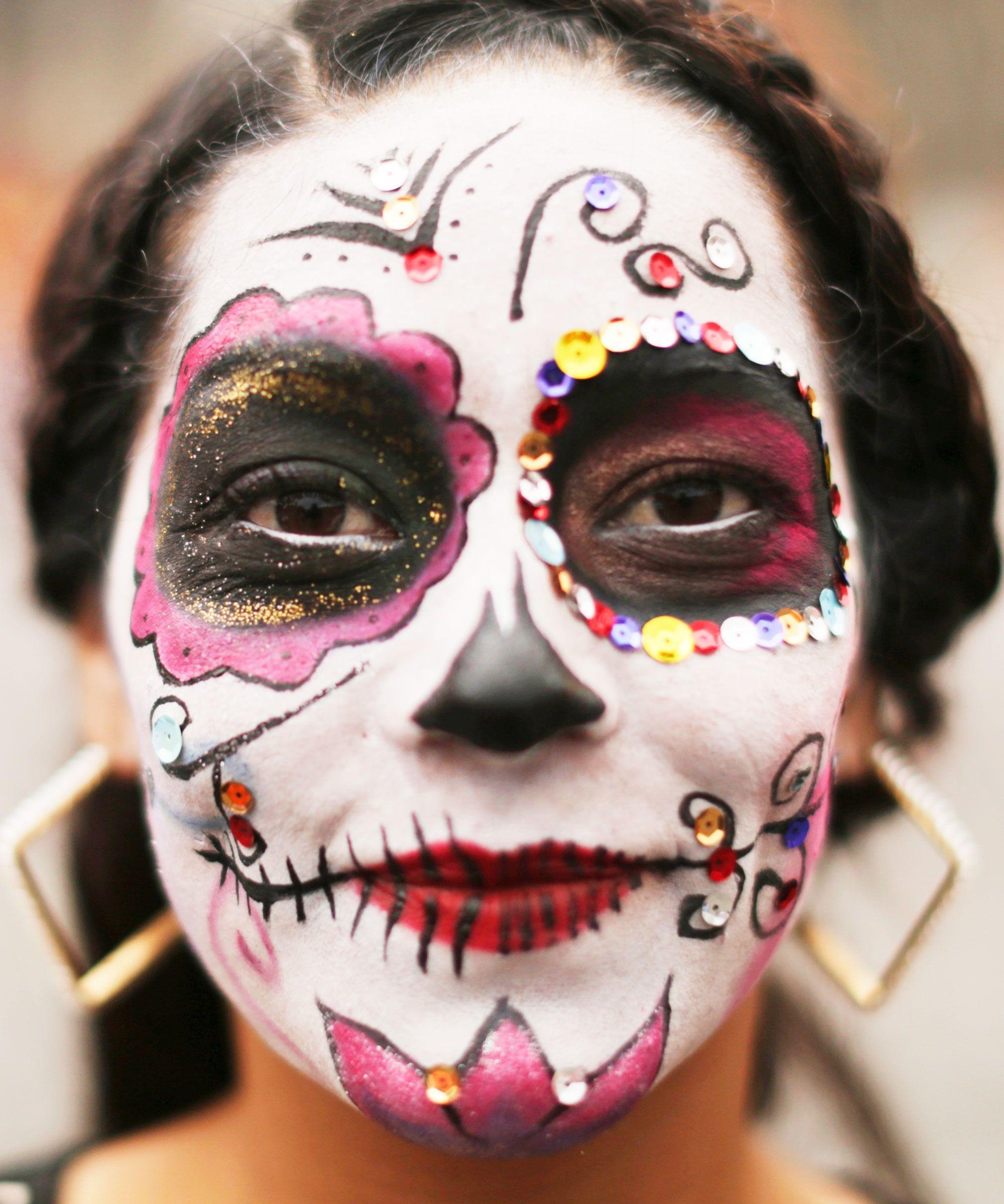 """Maquillage ''tête de mort'' mexicaine"""": utilisez de la couleur de votre choix."""