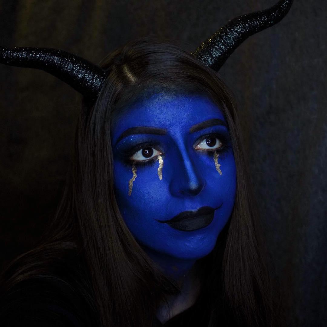 Maquillage de sorcière en bleu et cornes est une autre idée intéressante