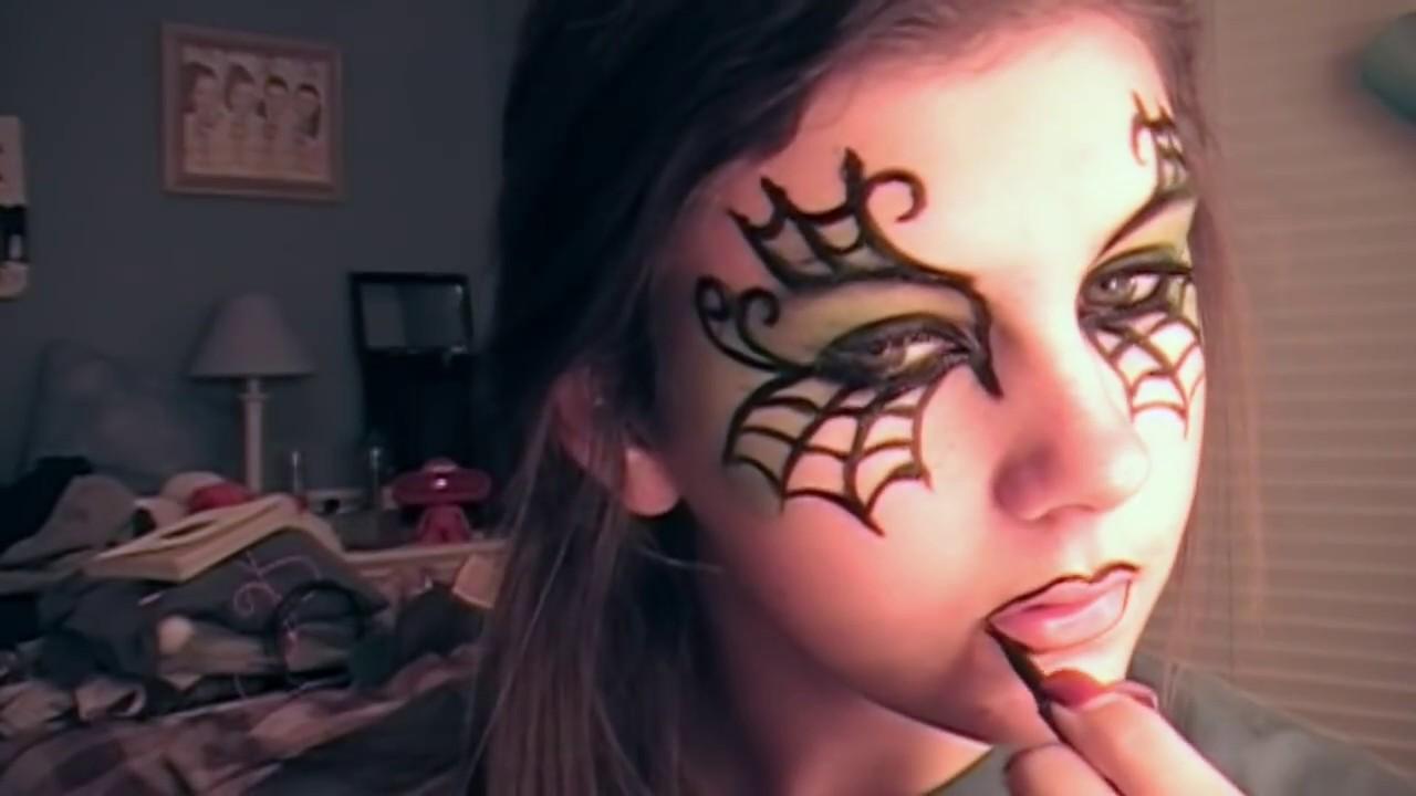 Maquillage d'une sorcière à la maison est plus rentable et créative
