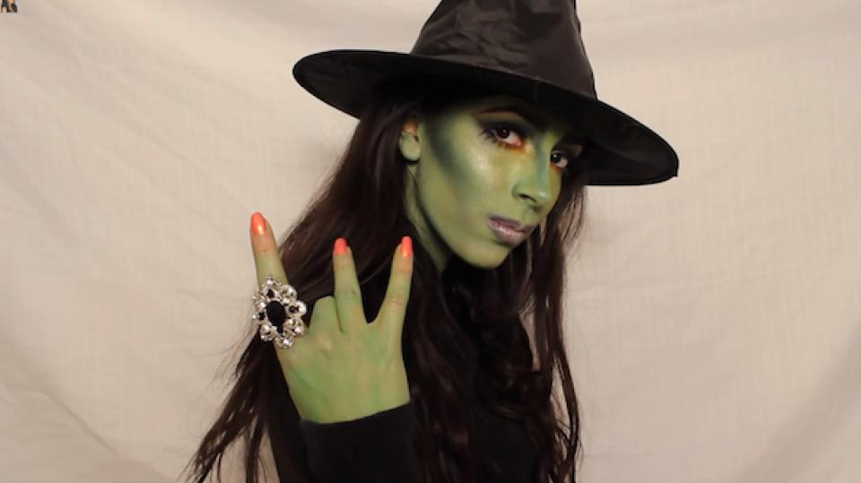 Maquillage de sorcière dHalloween verte avec des instructions étape par étape.