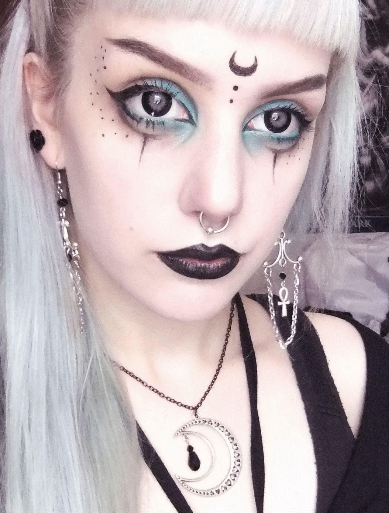 Vous pouvez accentuer les yeux et les lèvres en les coloriant en noir.