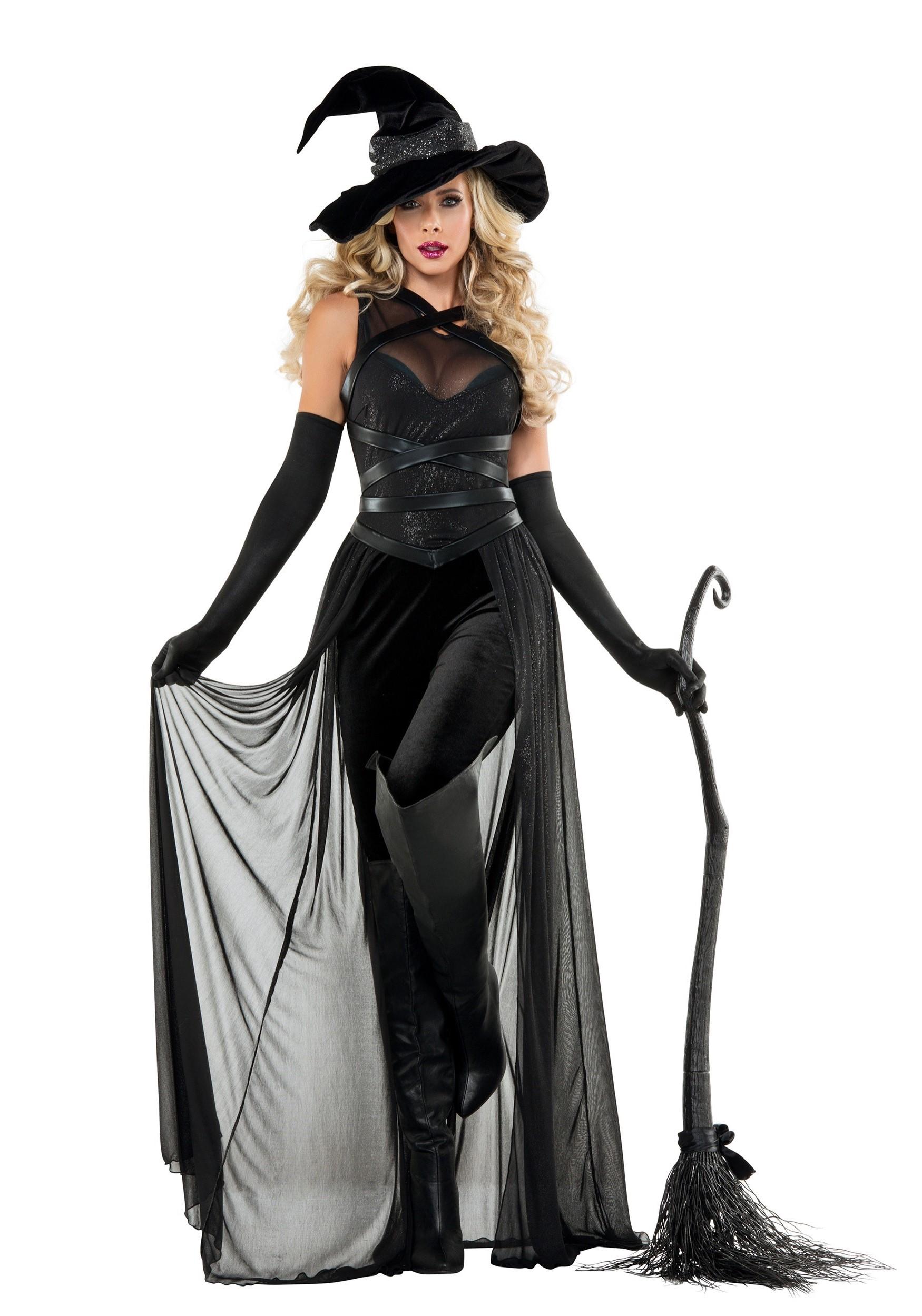 Vous pouvez facilement devenir une sorcière en portant une longue robe noire.