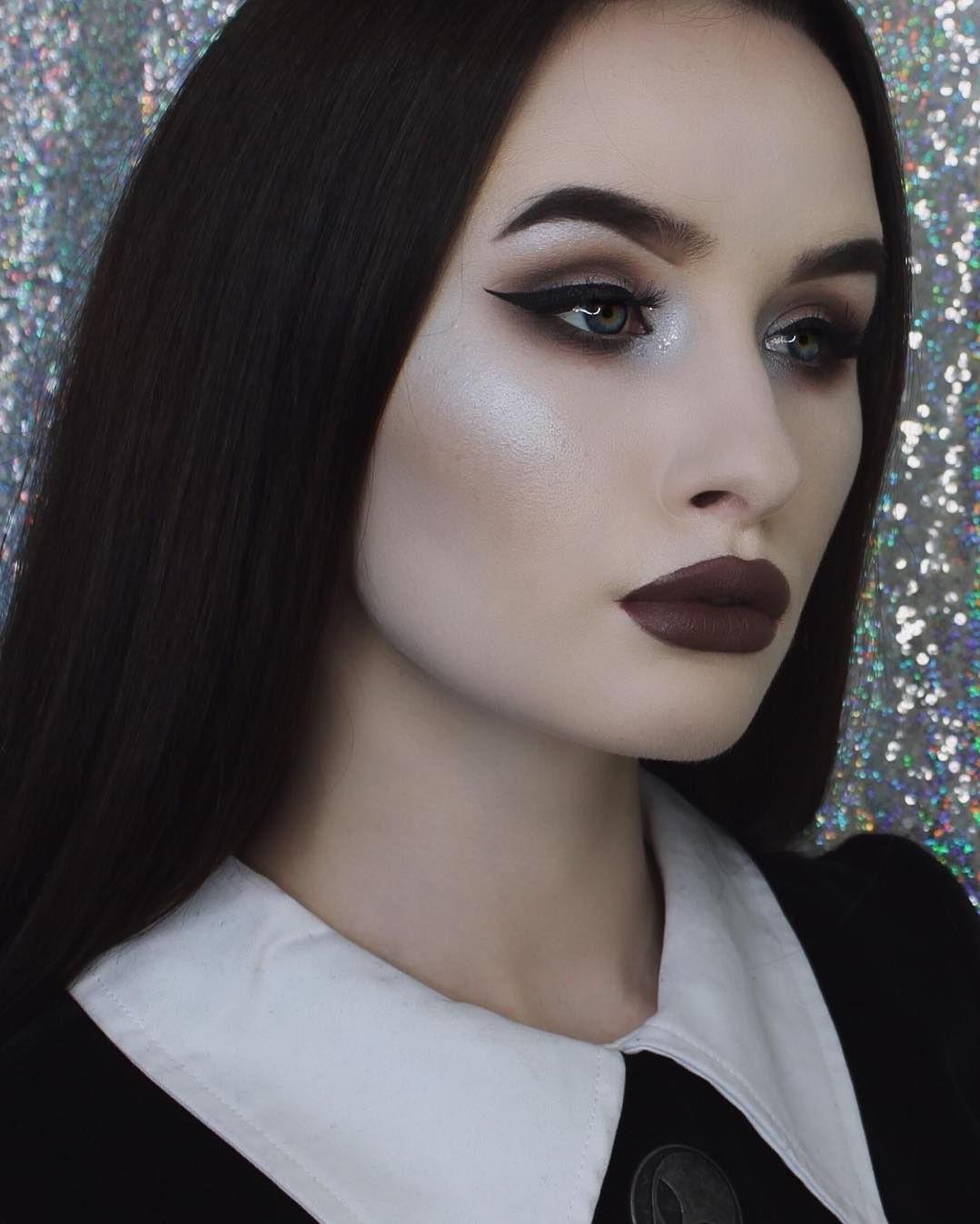 Visage blanc, lèvres noires et yeux charbonneux - un maquillage de sorcière d'Halloween classique!