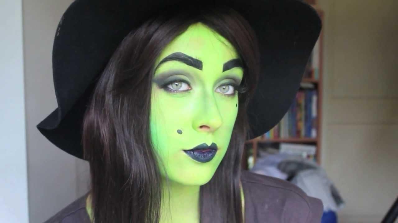 Ensuite, appliquez de la peinture verte sur le visage, y compris les yeux, et mélangez à l'aide d'un pinceau.