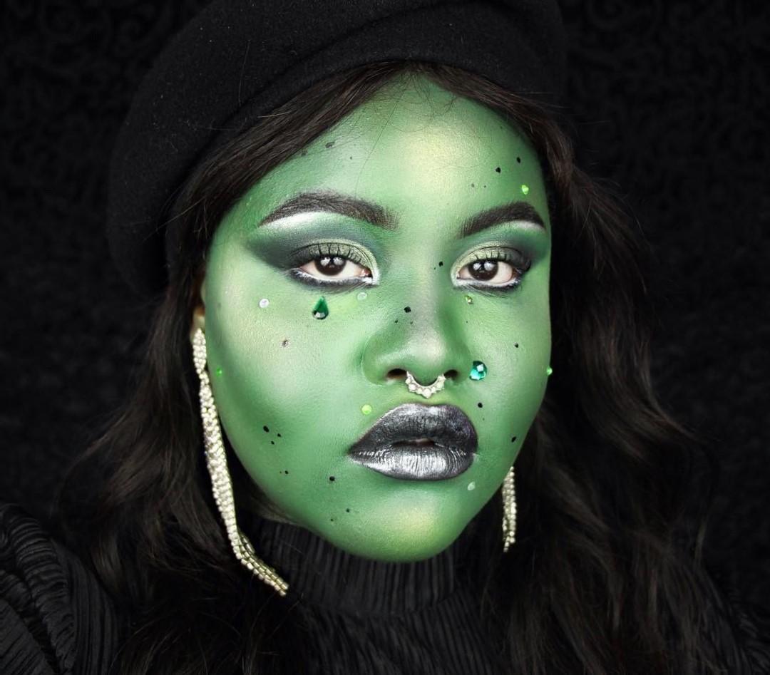 Suivez avec une couche de poudre transparente ou, si vous en avez une, de poudre verte pour le visage.