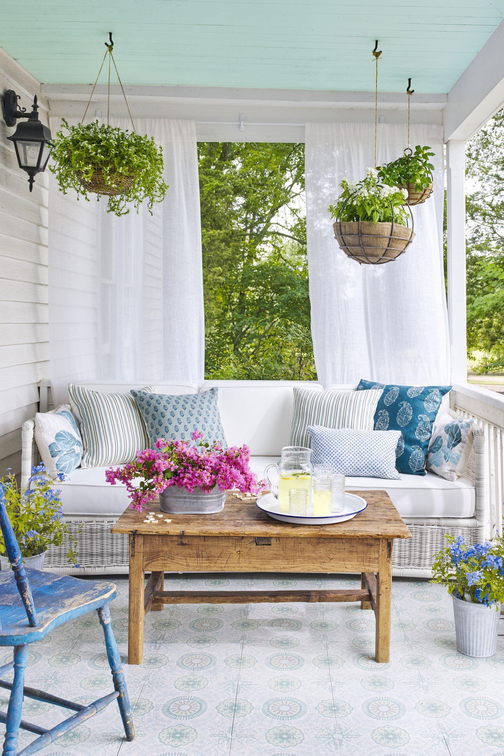 La plupart des plantes d'été commencent à dépérir ou se préparent à une sorte de hibernation florale, à mesure que la température baisse.