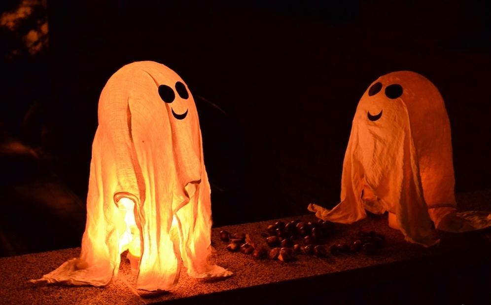 Un fantôme flottant tellement dans l'esprit d'Halloween