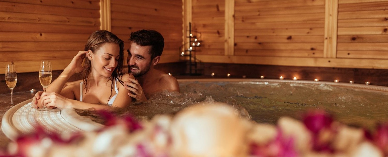 Remplissez la baignoire de bain moussant et profitez d'un bain romantique. Allumez des bougies, ouvrez une bouteille de champagne, puis détendez-vous ensemble.