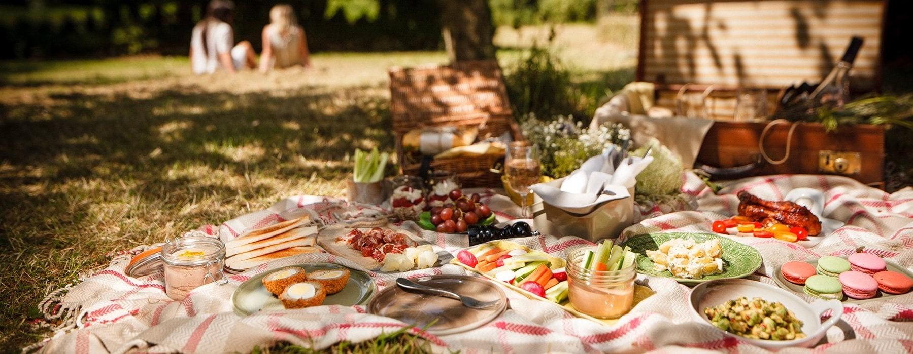 Emportez vos choses préférées à manger, une bouteille de champagne, une couverture et dirigez-vous vers votre endroit préféré.