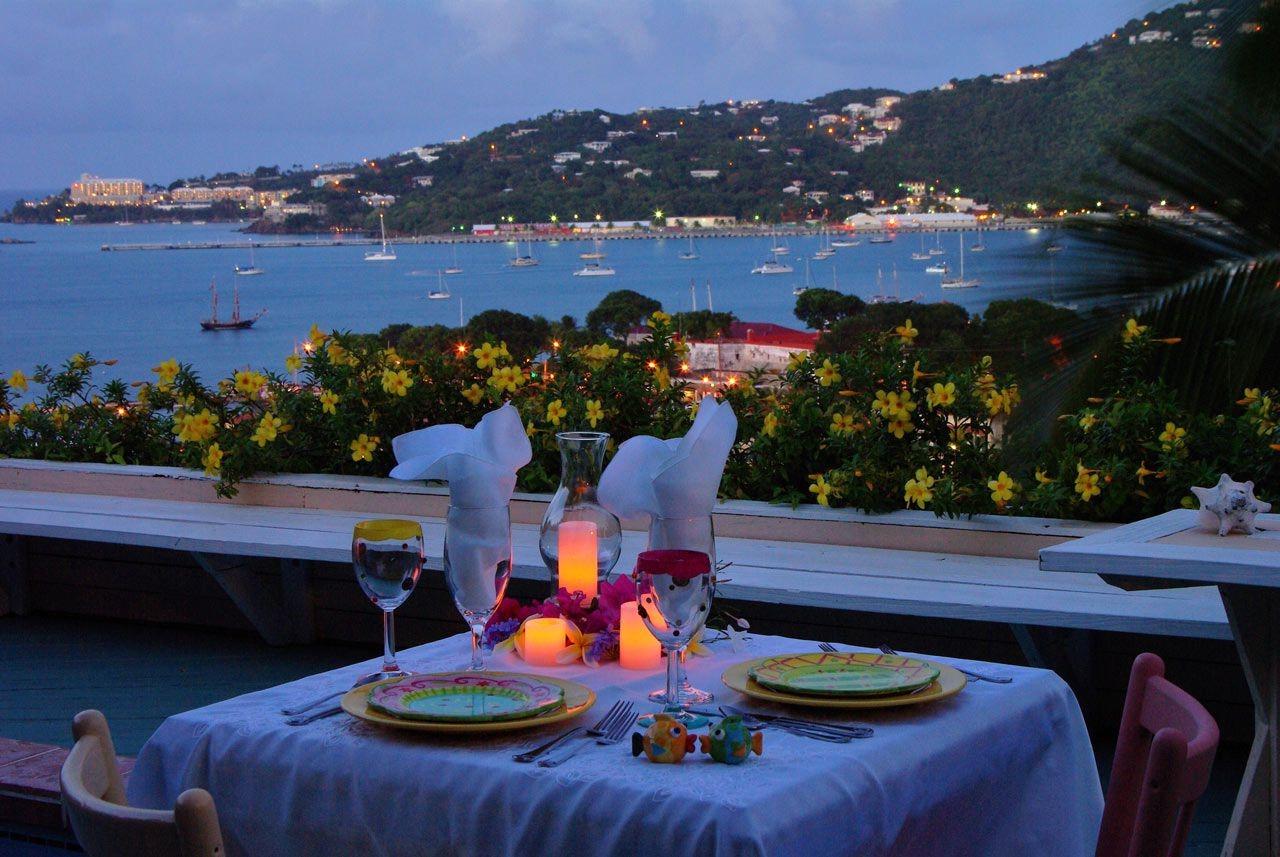 Si camper n'est pas votre passion, réservez une chambre dans votre hôtel préféré et invitez votre partenaire à vous rejoindre dans une nuit romantique que vous n'oublierez pas de si tôt.