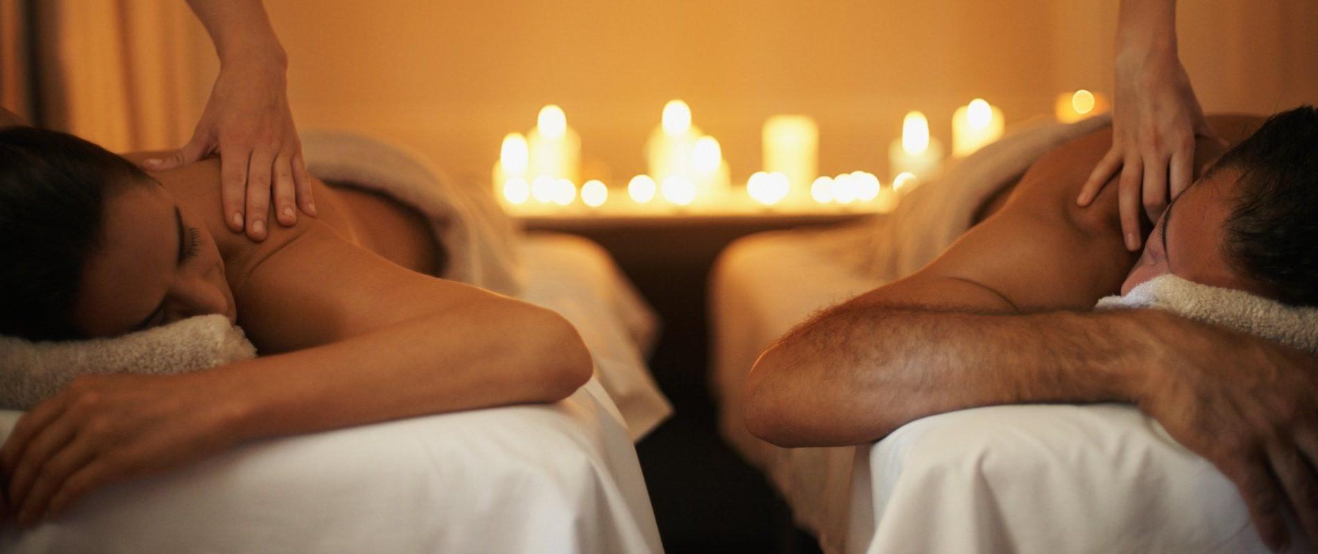 Transformez votre maison en salon de massage. Prenez soin de votre partenaire à tour de rôle avec un soin spa sensuel.