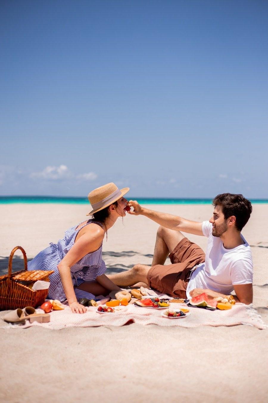 Faites un pique-nique sur la plage.