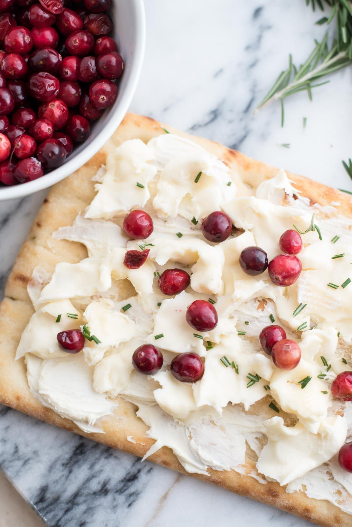 Recette d'apéritif de Noël: délicieuse tarte au fromage à la crème et aux canneberges.