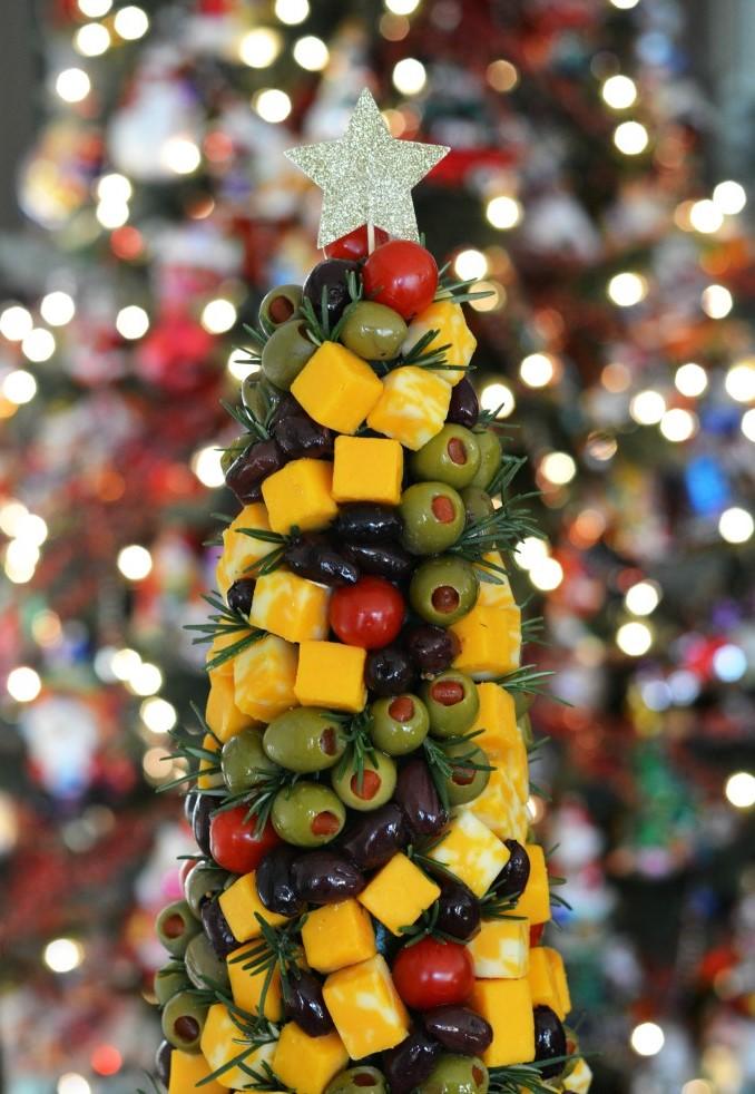Arbre de Noël au cheddar avec des olives.