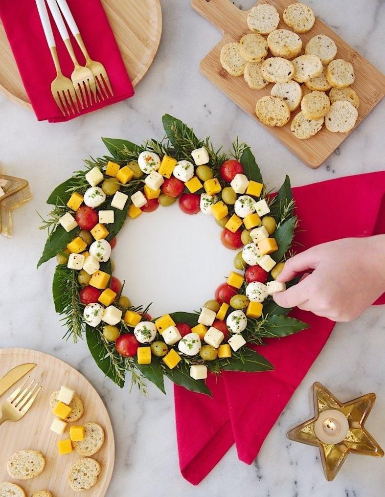 Guirlande de Noël faite de fromage et d'herbes.