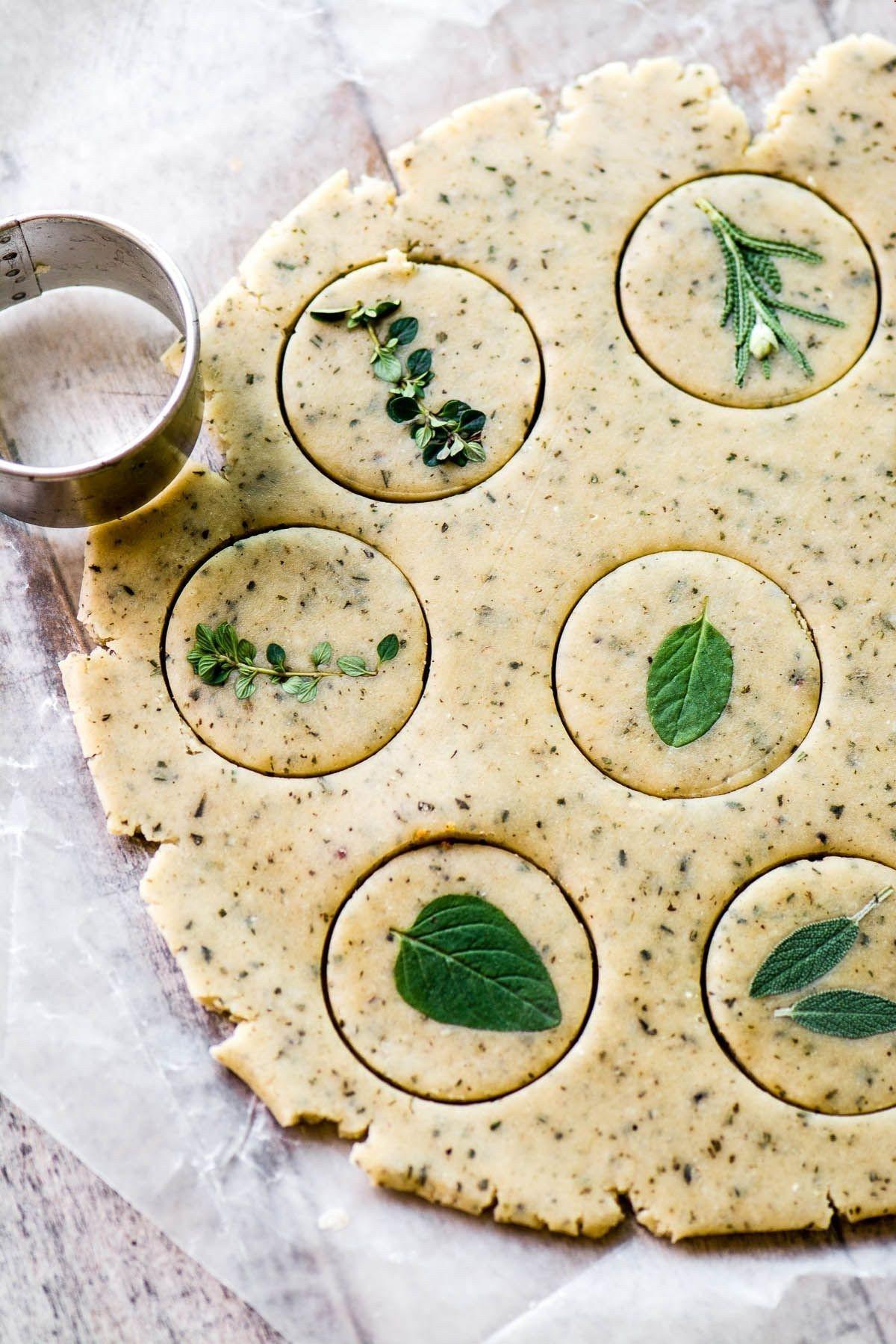 Biscuits salés au beurre et aux herbes.