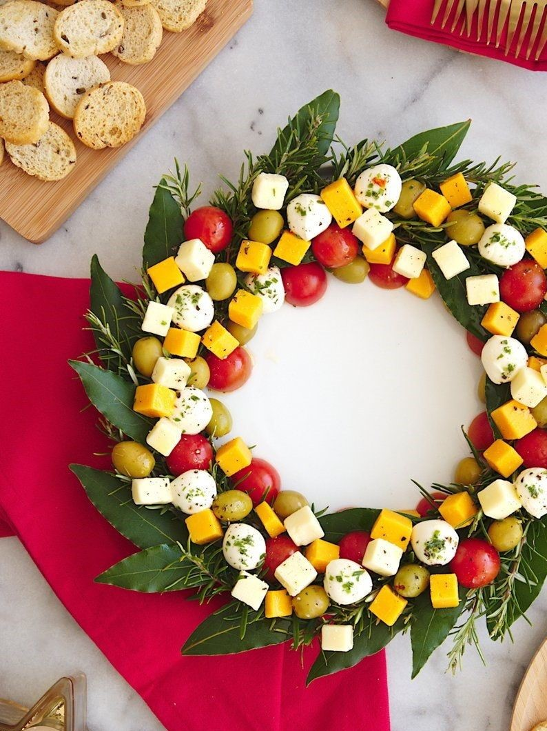 Couronne de cheddar, mozzarella, tomates cerises et olives.