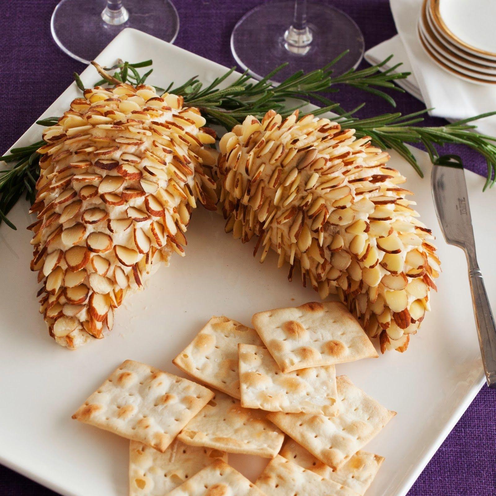Pomme de pin faite d'amandes et de fromage à la crème.