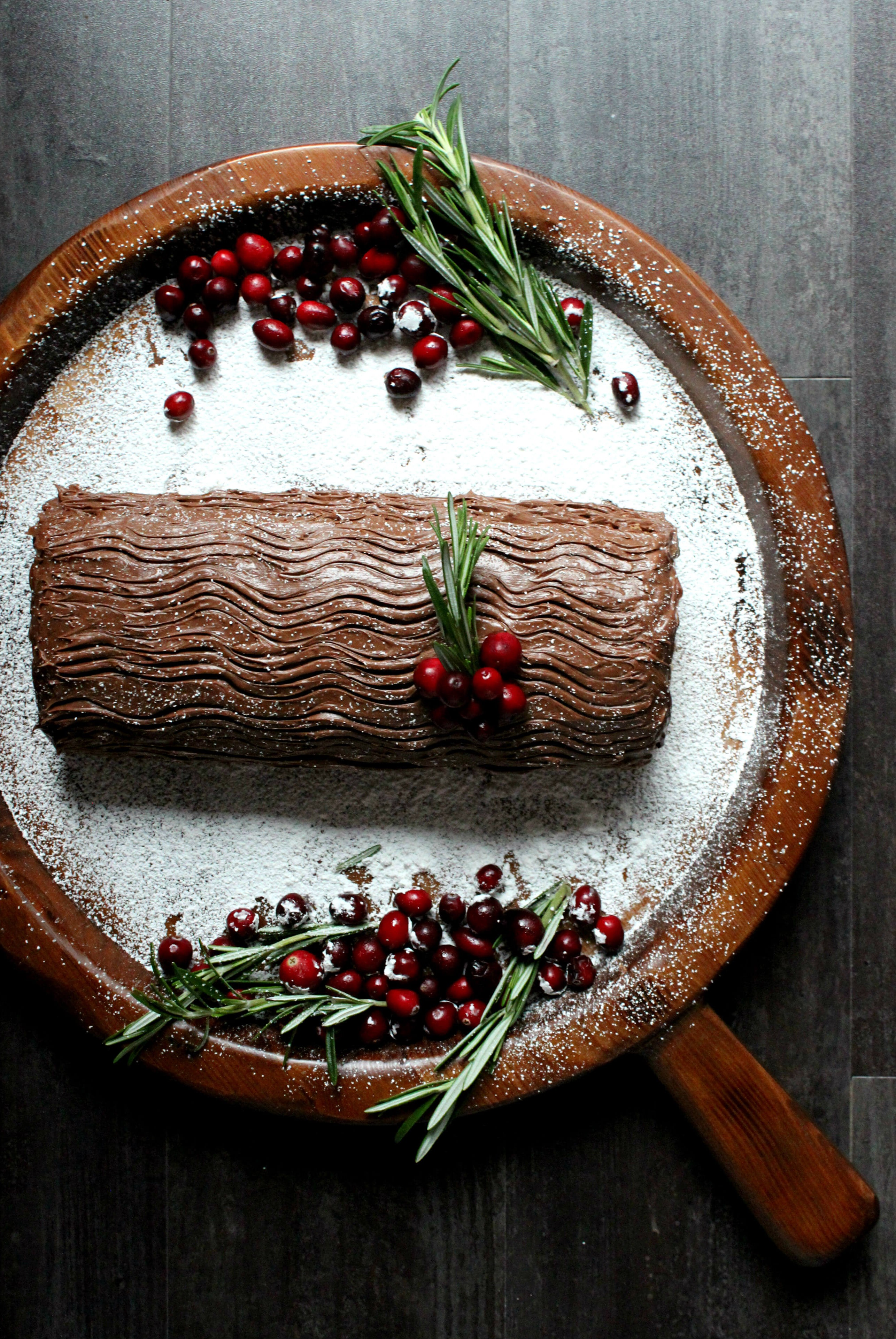 Le gâteau représente la bûche de Noël que les familles brûlent à partir de la veille de Noël.