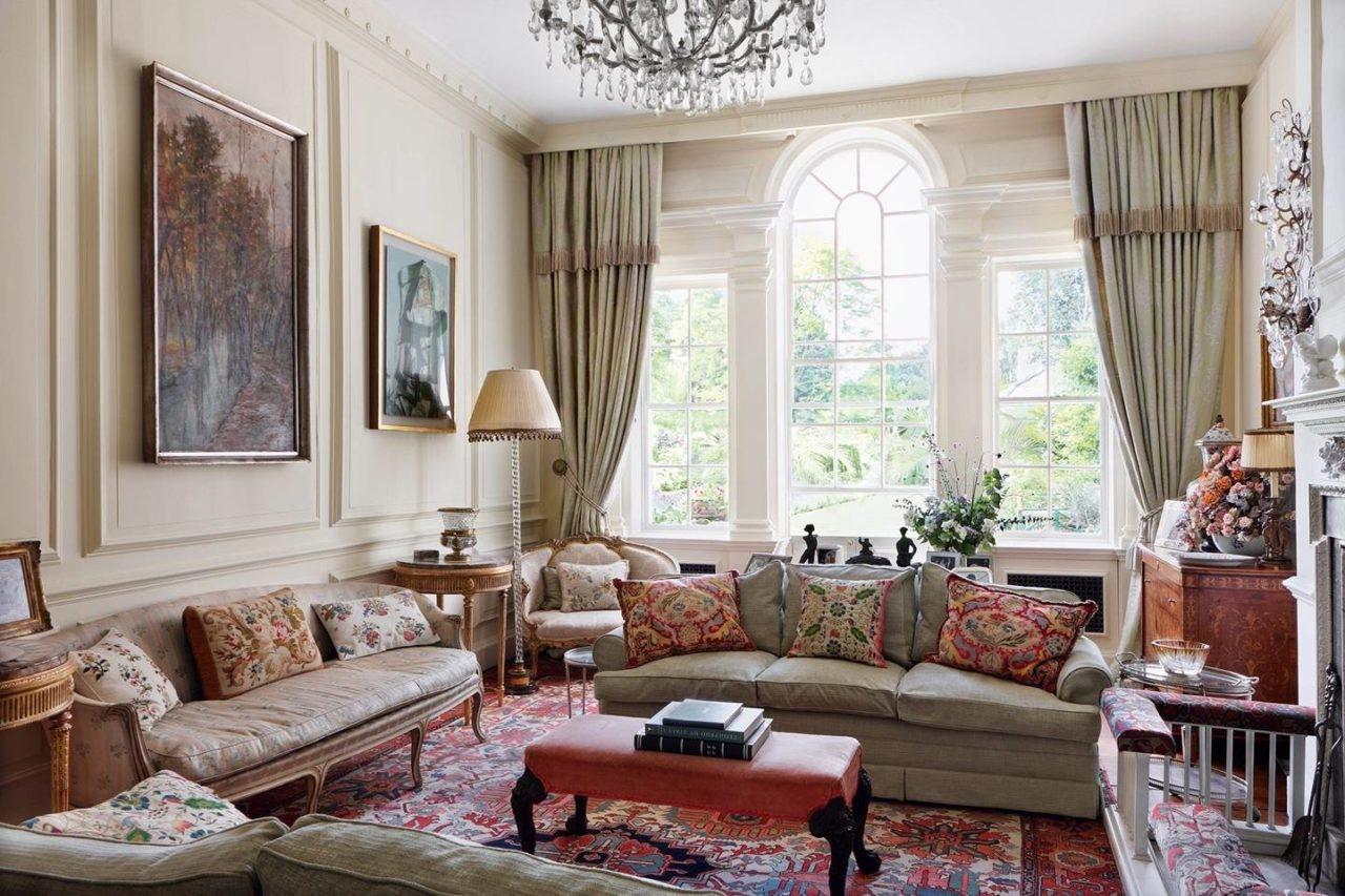 Les rideaux, les revêtements de table et de siège devraient tirer le meilleur parti des thèmes floraux.
