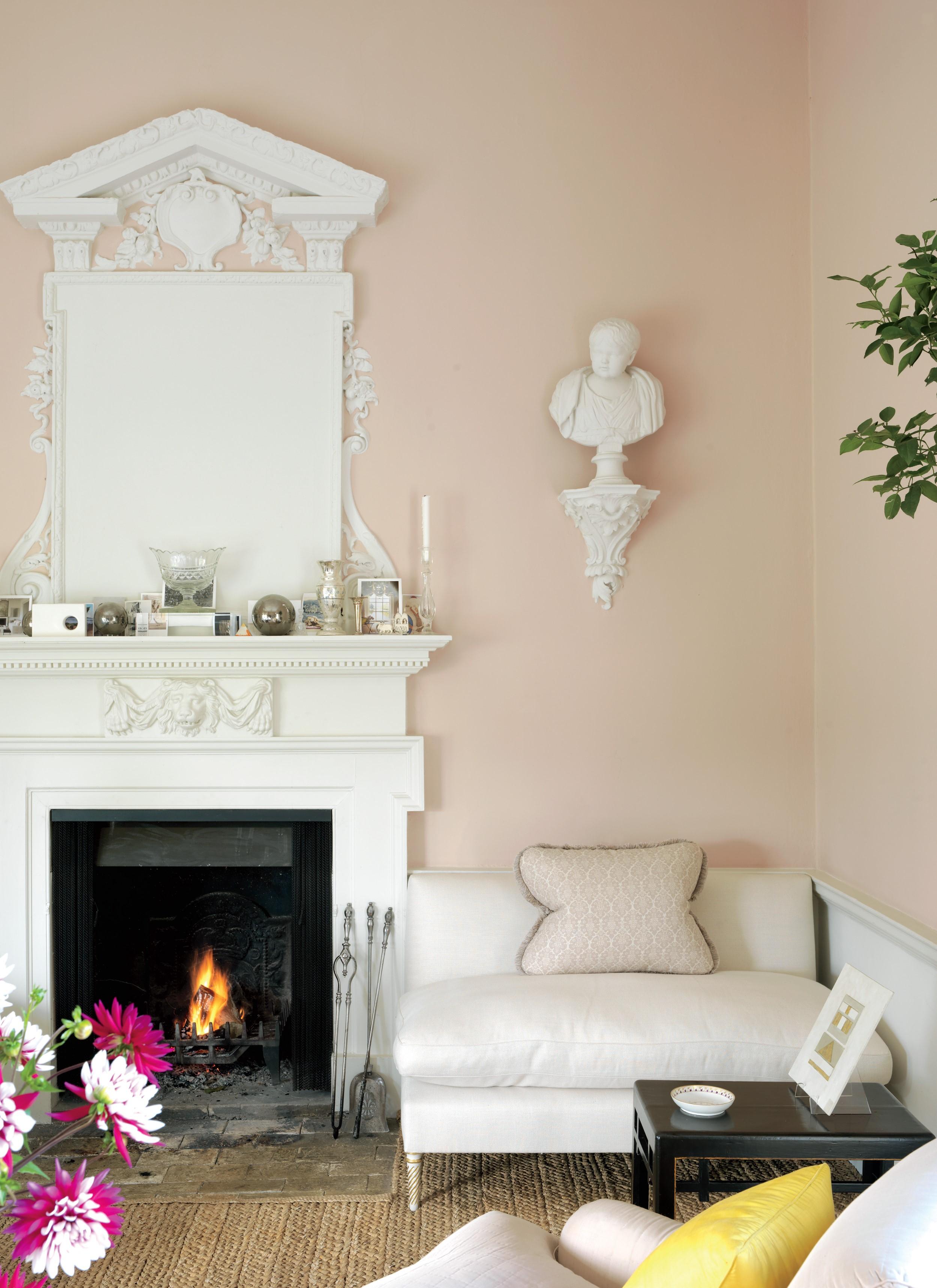 Les accessoires indispensables pour animer la salle de campagne anglaise comprennent des fleurs et des paysages secs encadrés, de la porcelaine murale, des oreillers brodés, des chandeliers en cristal et des vases.