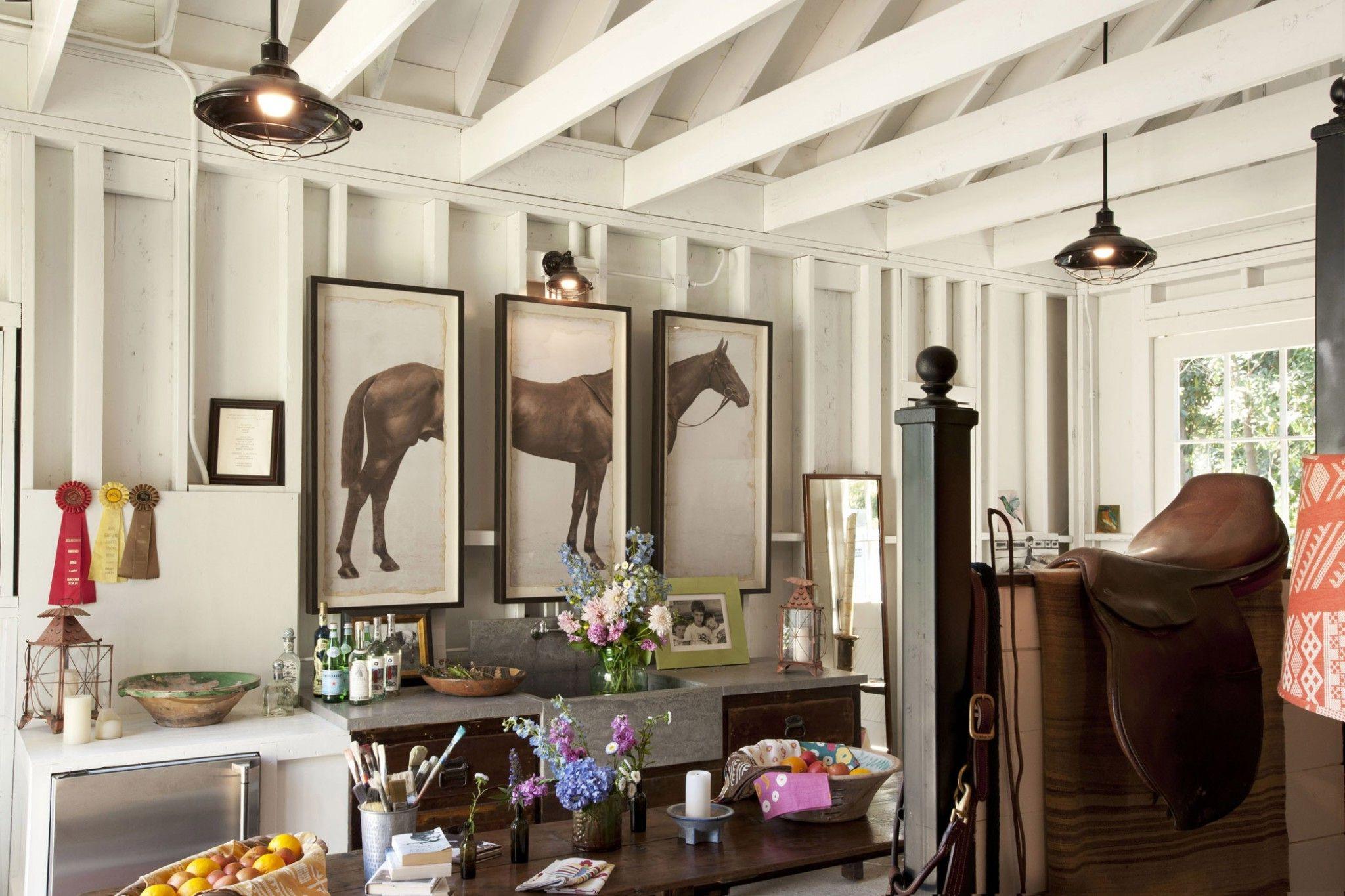 Sur le dessus, décorez les tables avec de petits ornements ou des vases de fleurs.