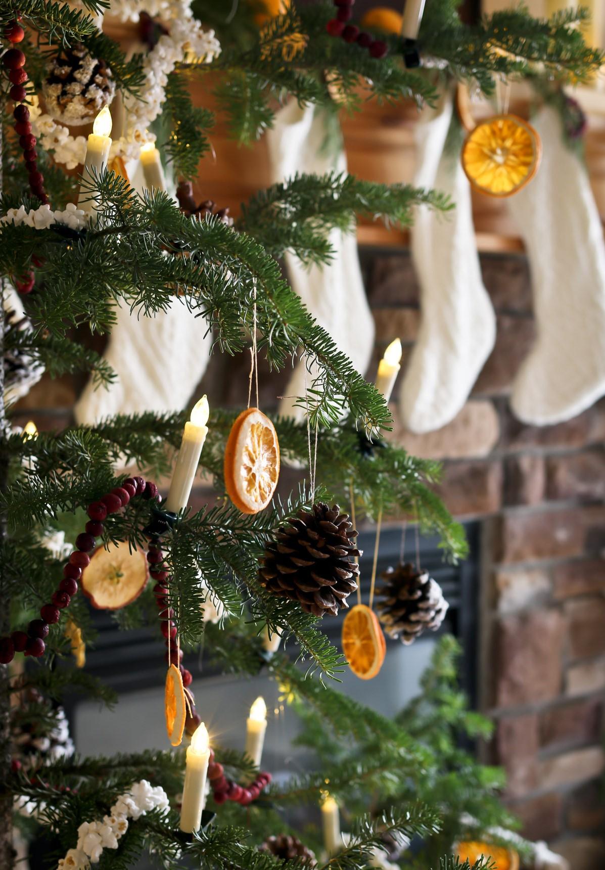 Décoration de Noël naturelle: utilisez des morceaux d'orange séchée pour le sapin de Noël.
