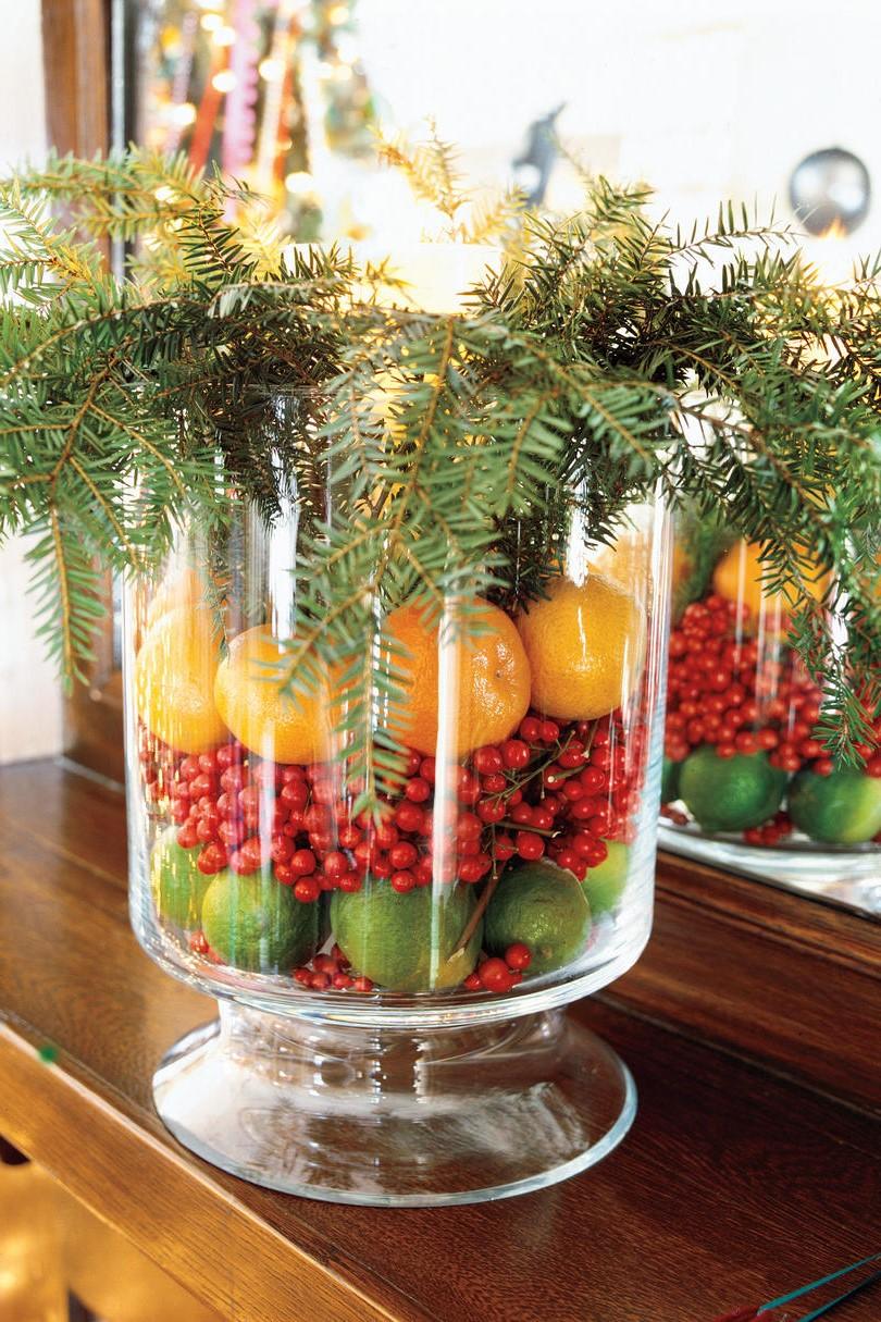 Limes, canneberges et oranges dans une belle combinaison festive.