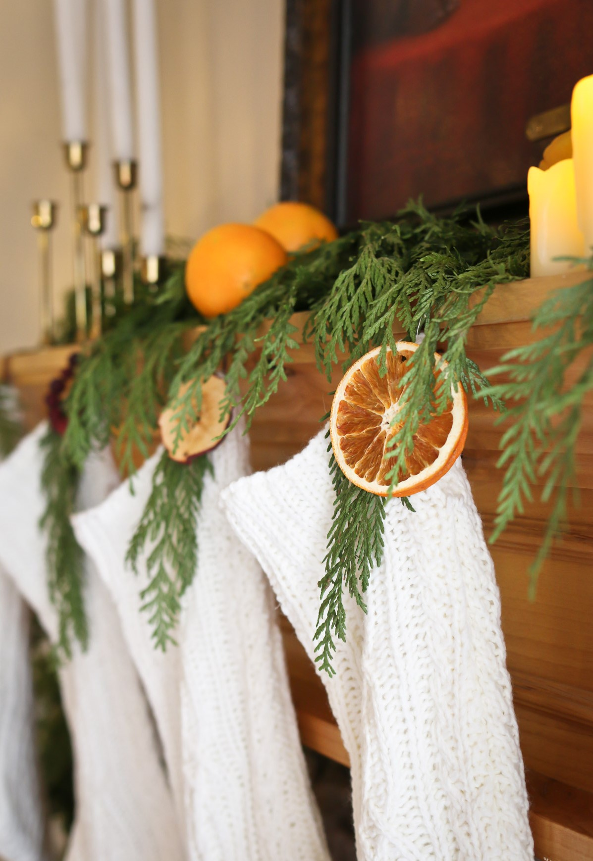 Belle décoration avec des oranges et des branches à feuilles persistantes.