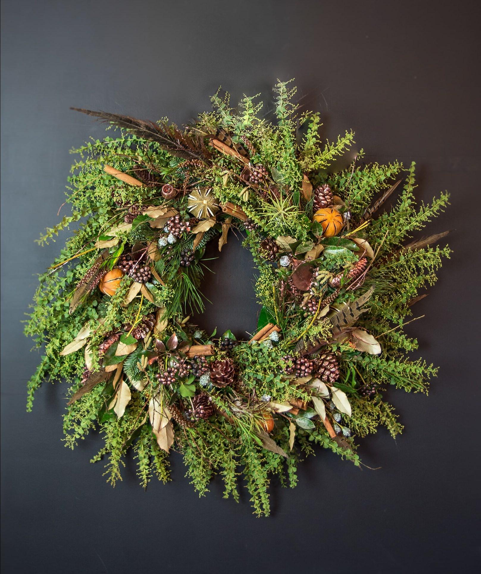 Décoration de Noël naturelle avec de la verdure, des pommes de pin et des feuilles d'automne.