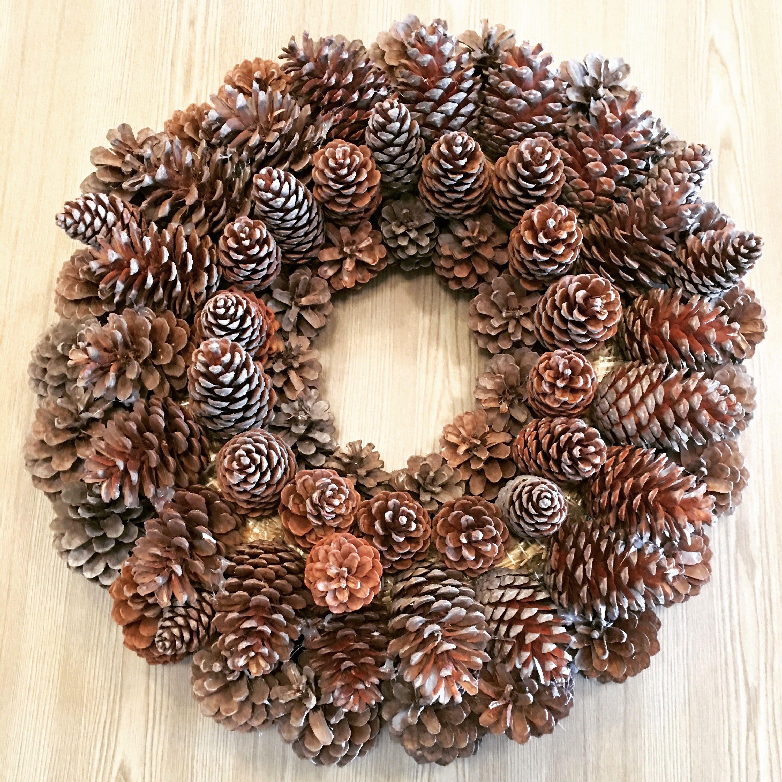 Décoration de Noël naturelle: couronne de pomme de pin.