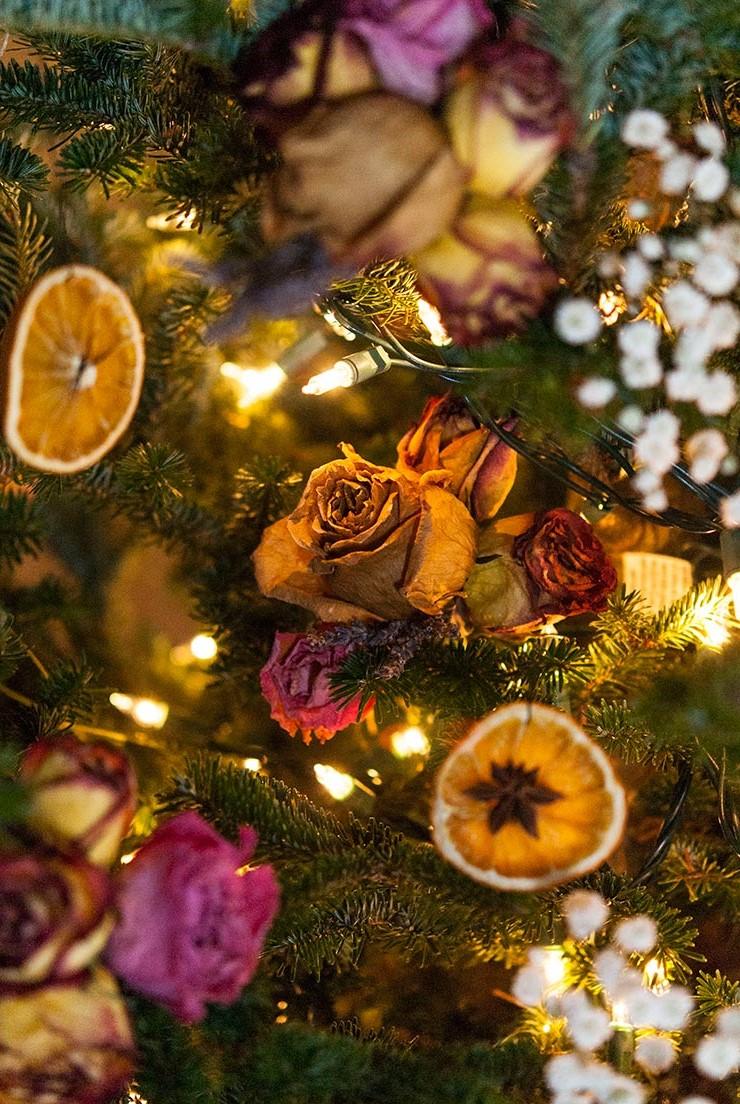 Décoration de Noël naturelle avec des roses et des oranges séchées.