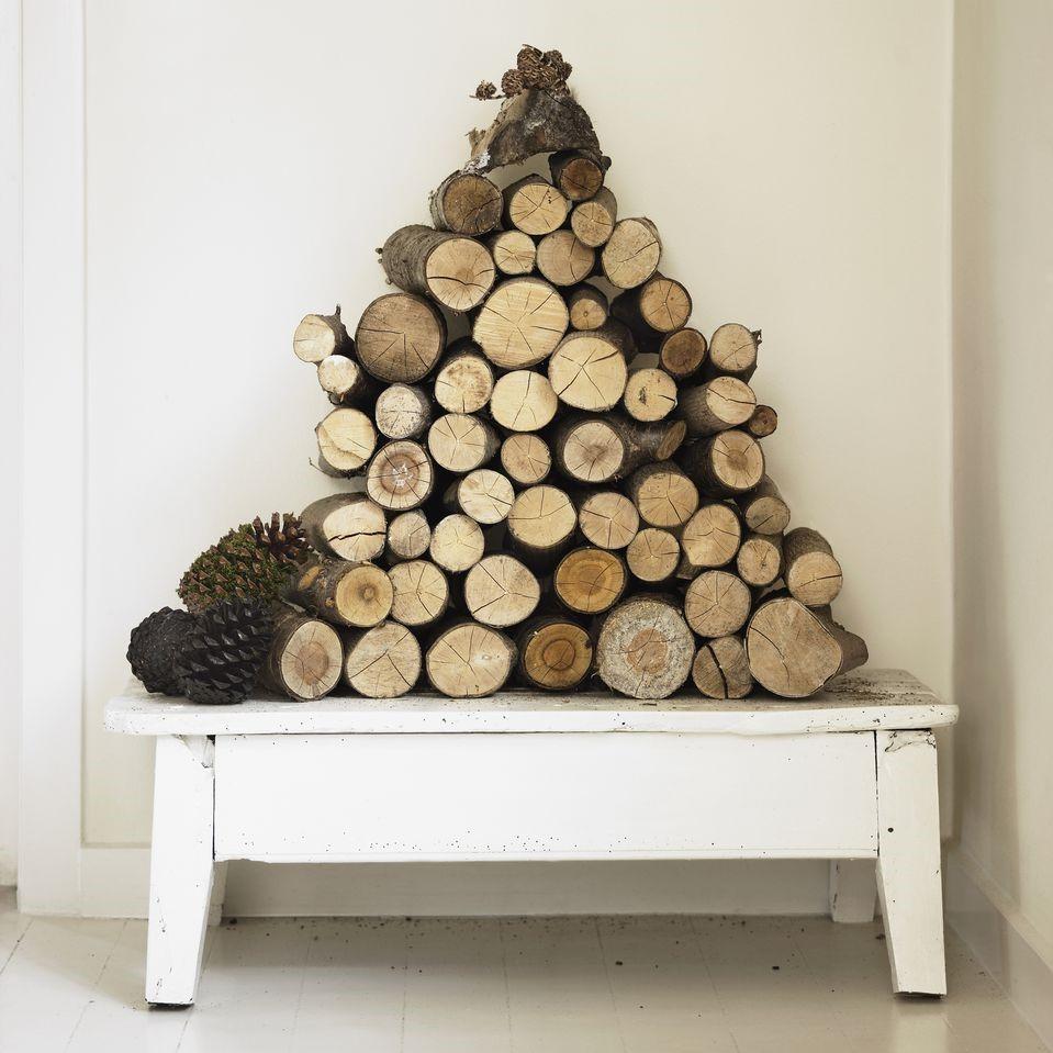 Bûches de feu artistiquement arrangées comme décoration de Noël naturelle.