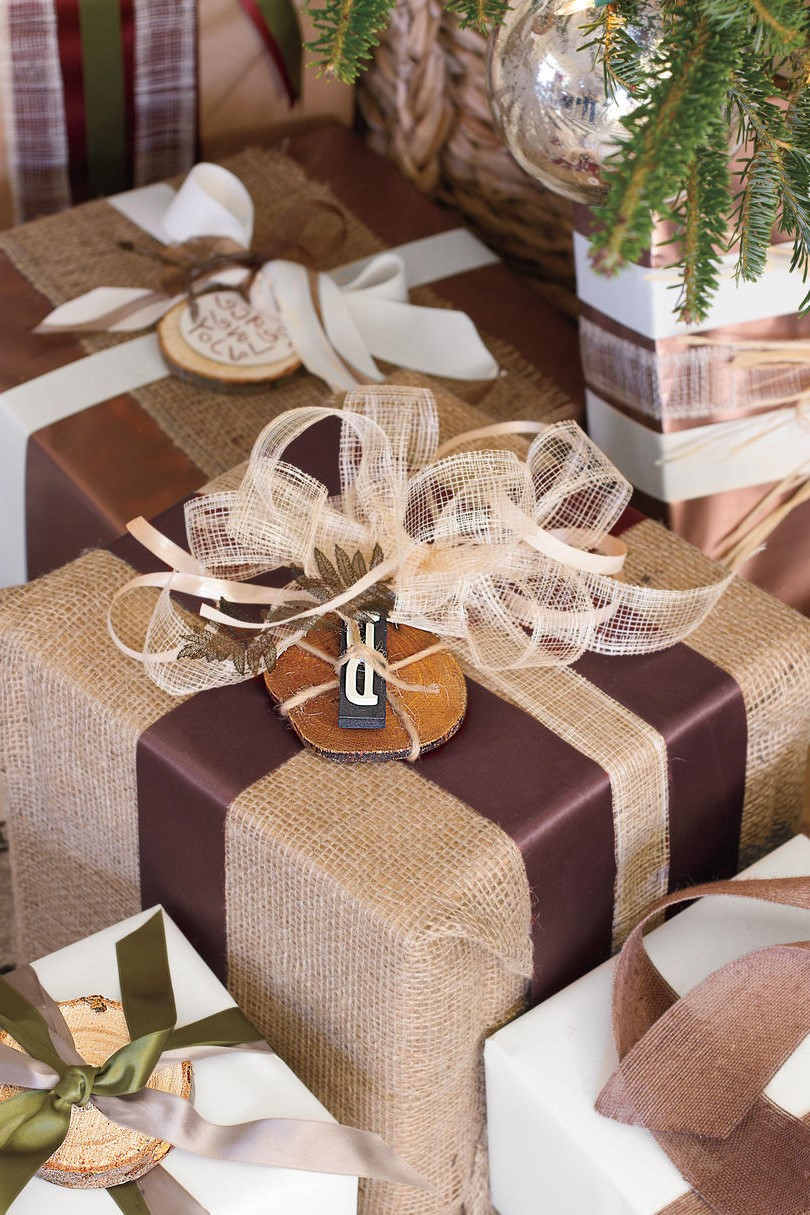 Cadeaux emballés avec des matériaux naturels.