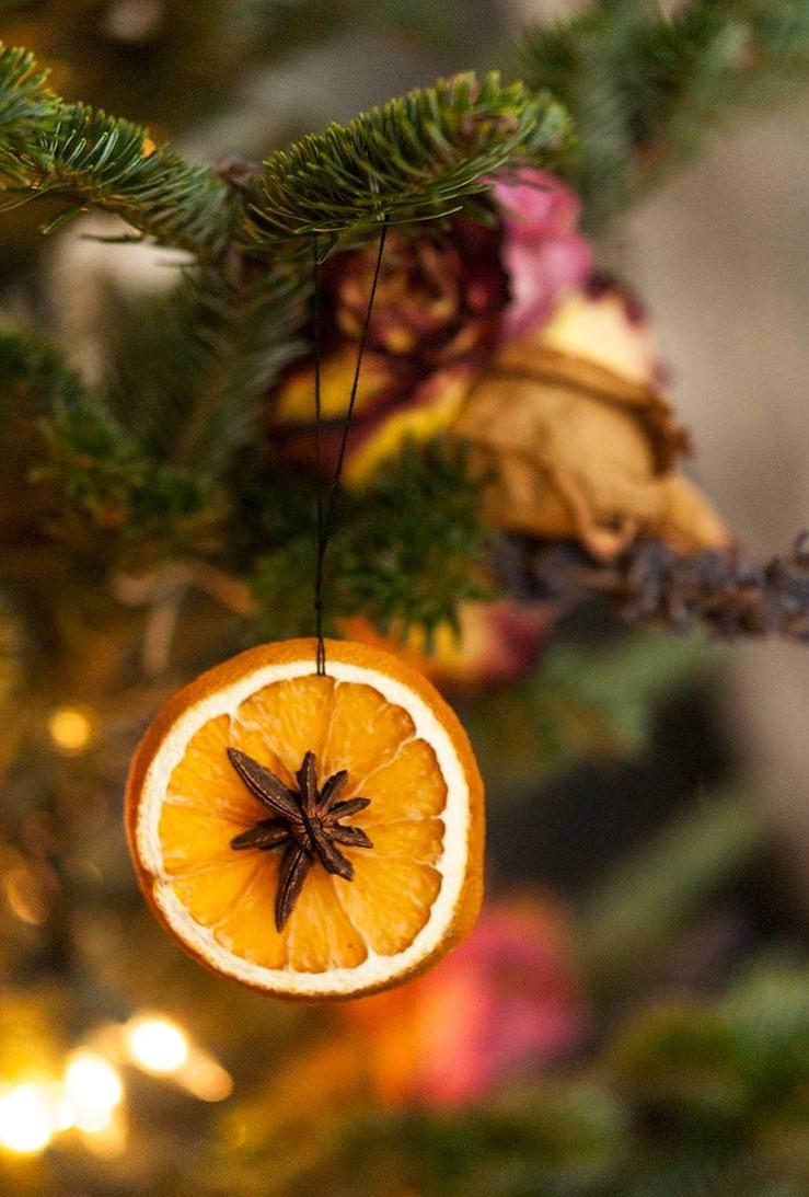 Si vous pensez que les décorations des fêtes doivent sentir aussi bonnes qu'elles ont l'air, les oranges séchées sont le bon choix pour vous.