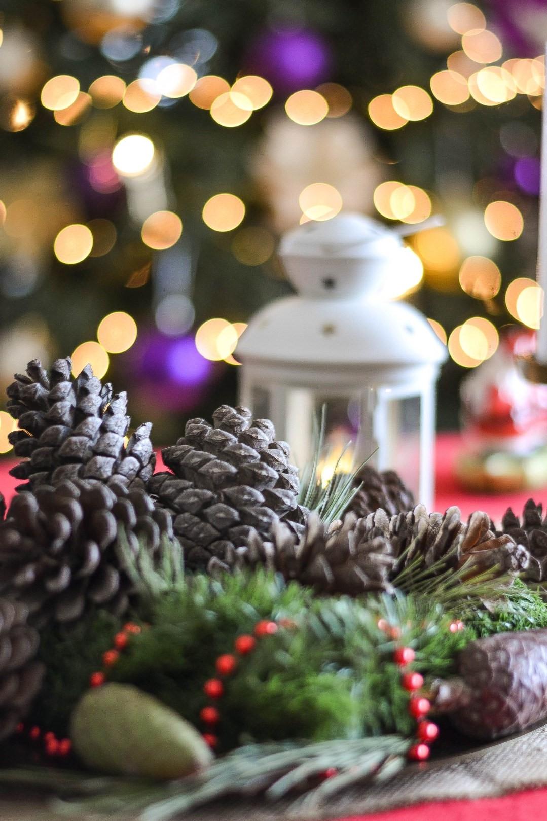 Incluez des guirlandes lumineuses et des bougies pour une atmosphère chaleureuse.