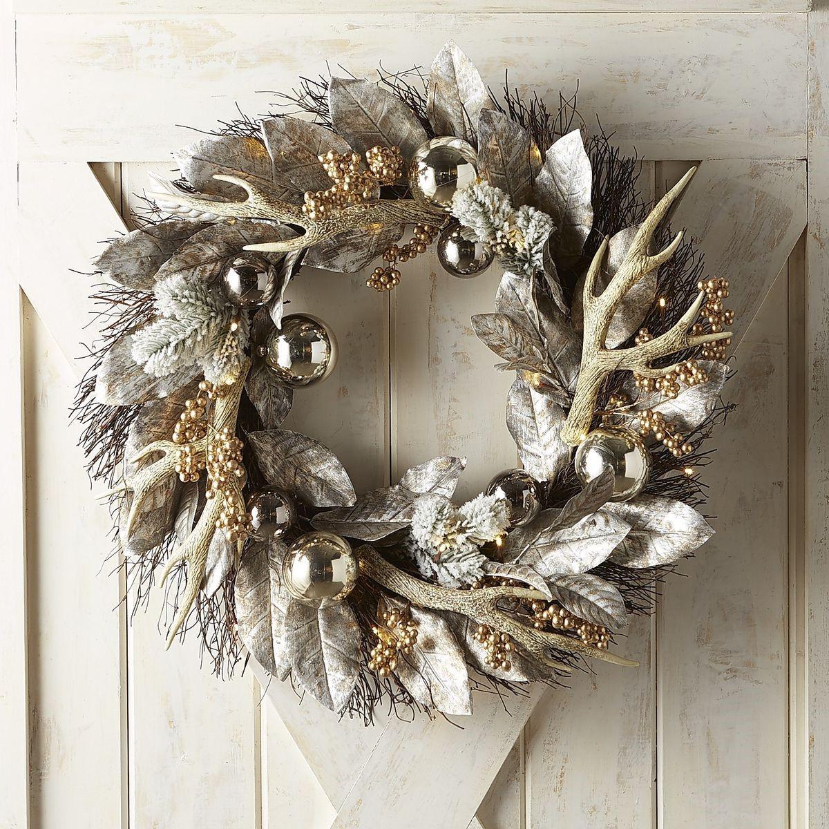 Couronne en argent et or décorée de détails étincelants et de petites branches d'arbres.