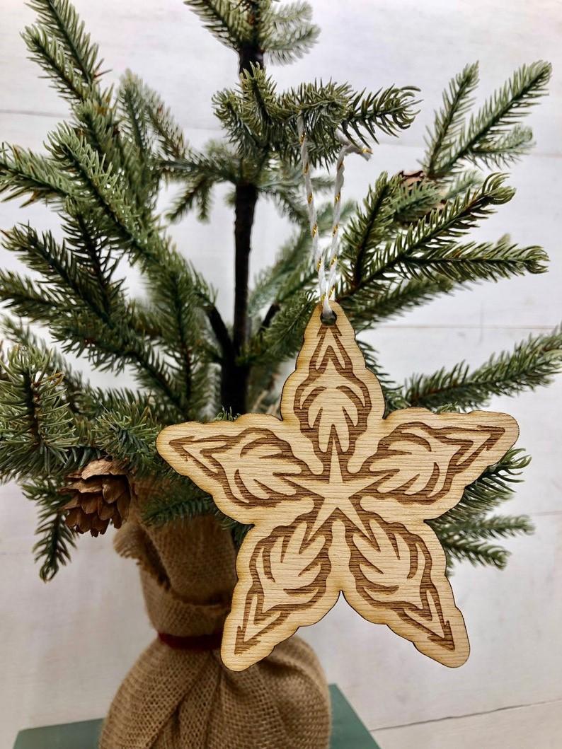 Belle étoile en bois pour votre décoration de Noël naturelle.