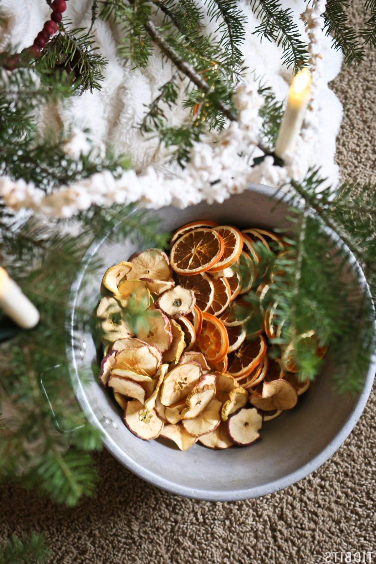 Décoration de Noël naturelle: panier rempli de fruits secs.