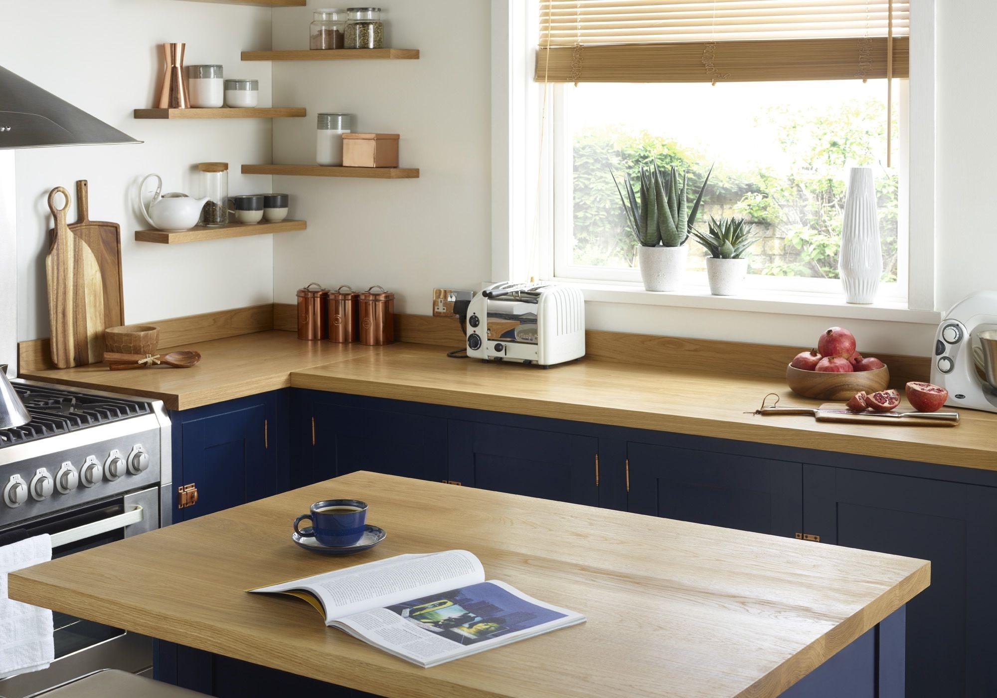 Pour la plupart des gens, un comptoir de cuisine d'une telle hauteur constitue un poste de travail confortable.