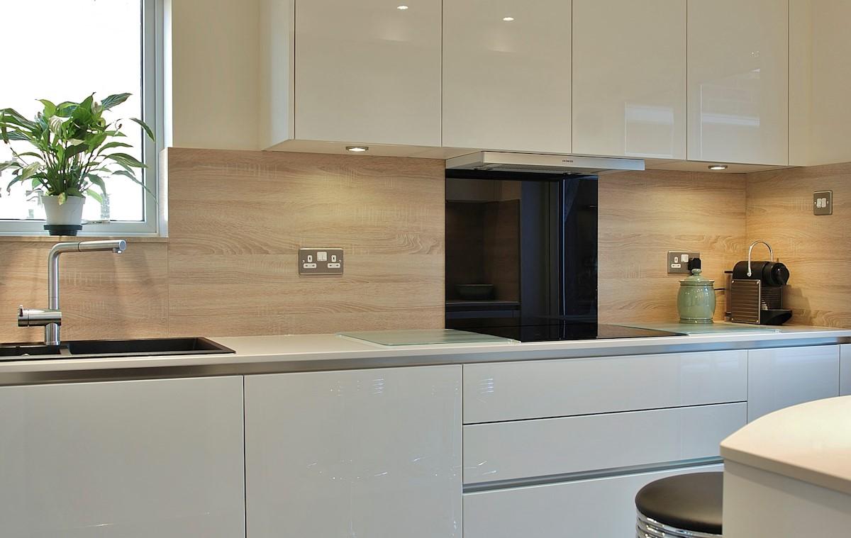 La distance entre le comptoir et les armoires supérieures est généralement comprise entre 38 et 50 cm.