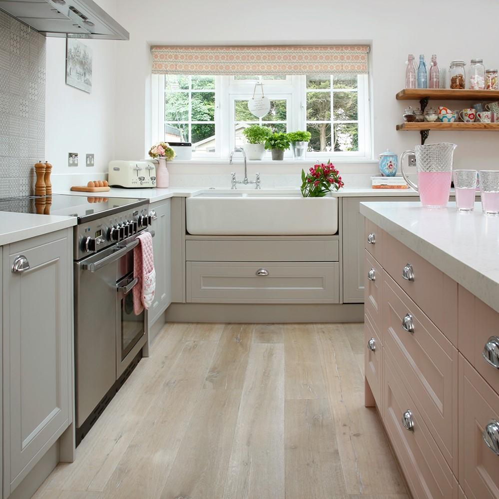 Choisissez la hauteur d'un plan de travail de cuisine en fonction de la hauteur de ceux qui l'utilisent le plus souvent ou en fonction de l'objectif recherché.