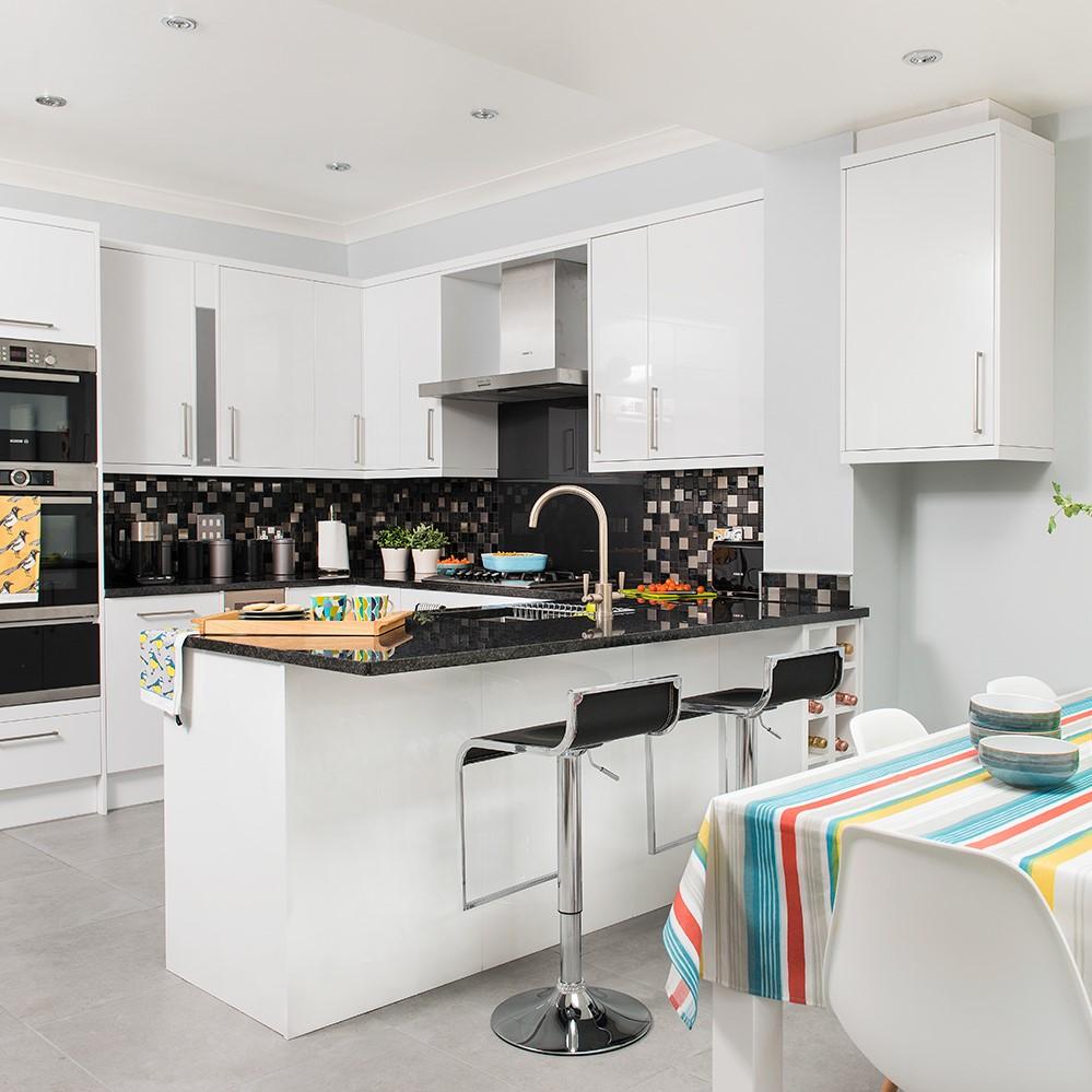 Des comptoirs à plusieurs hauteurs peuvent être incorporés dans la conception d'un îlot de cuisine personnalisé.
