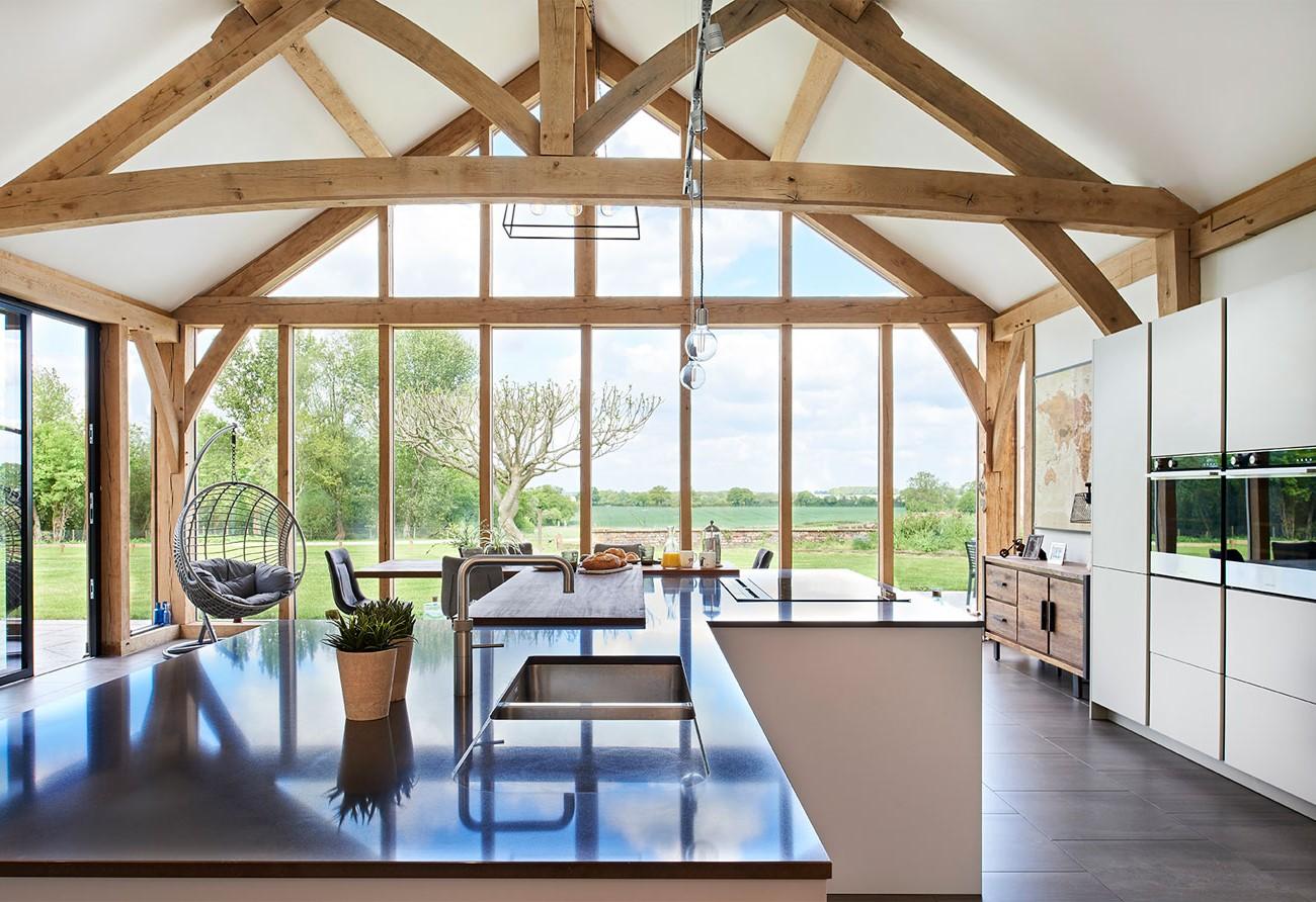 Les îlots de cuisine avec rallonges permettent souvent de placer la table à une hauteur inférieure pour plus de confort.