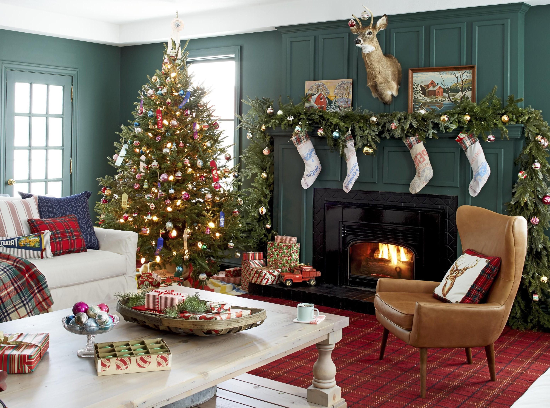 Sapin de Noël classique avec ornements et lumières.