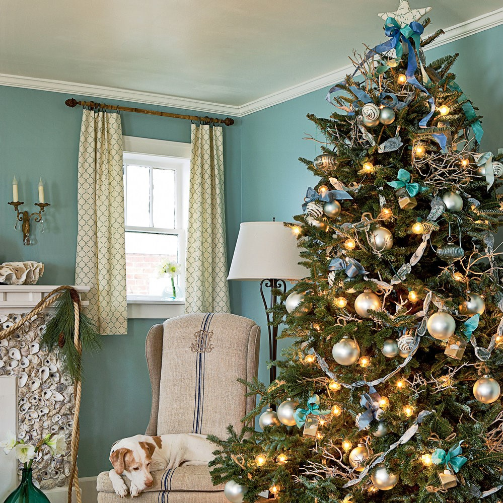 Idées de décoration de Noël: sapin de Noël décoré en bleu et or.