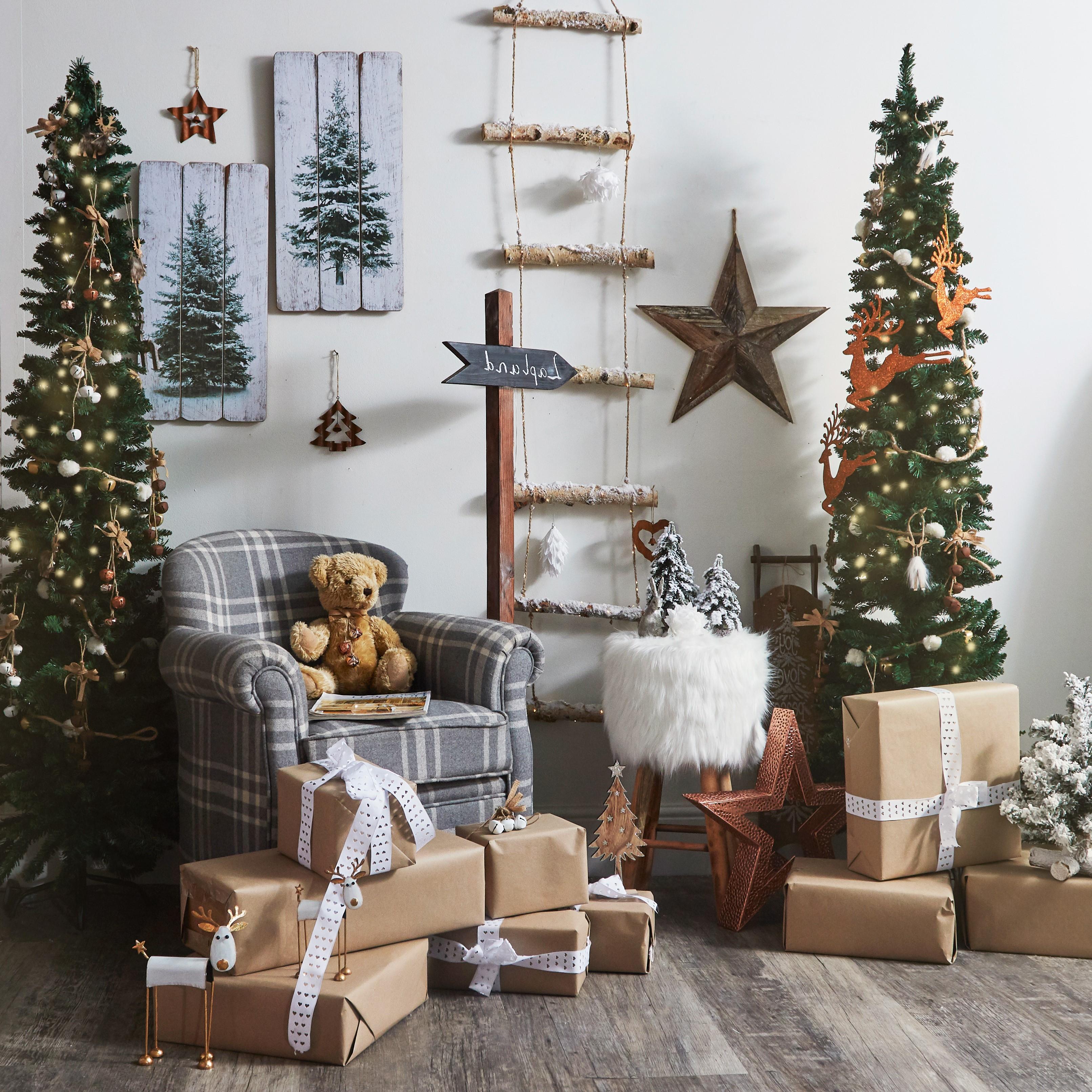 Faites d'un ours en peluche le centre de votre décoration de Noël chalereuse.