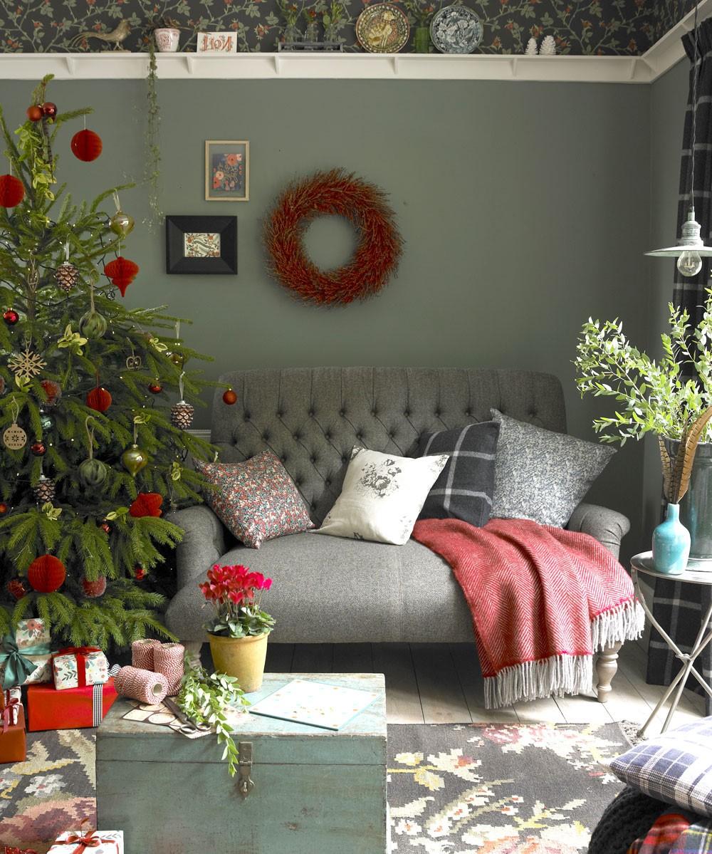 Belle guirlande en rouge et vert sur le mur.